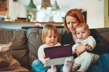 Kleuter baby ipad beeldscherm moeder beeldschermgebruik