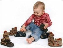 582d455c370 Kinderen groeien vaak binnen de kortste keren uit hun schoenen. Dan ben je  al snel geneigd om schoenen 'op de groei' te kopen, dus groter dan nodig is.