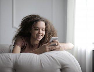 Puber thuis met smartphone