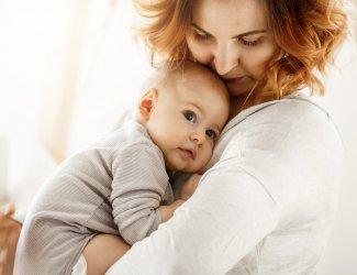 Baby gedragen door moeder